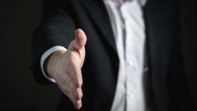 握手を求める営業マン